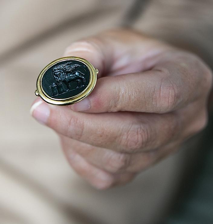 stellene-volandes-intaglio-ring